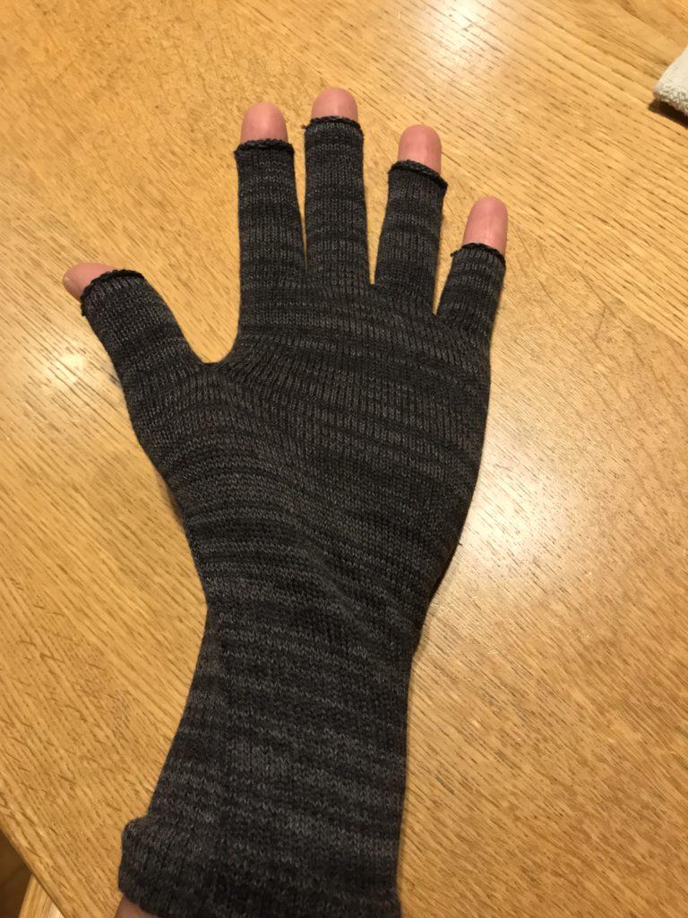 手袋をはめた手