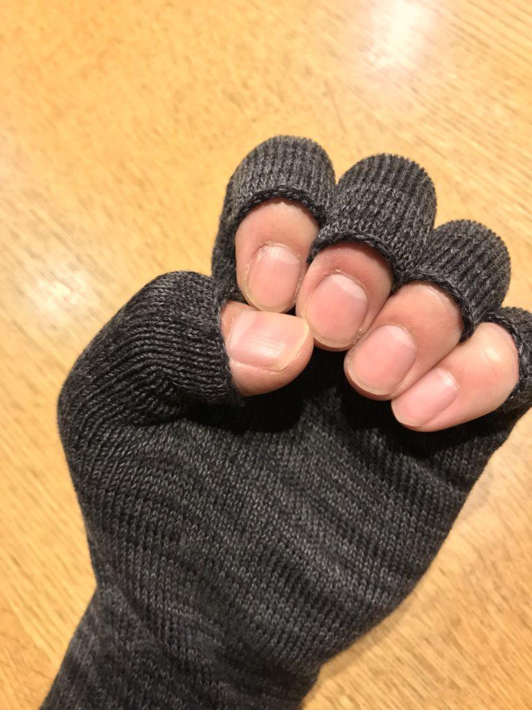 手袋をはめてにぎった手