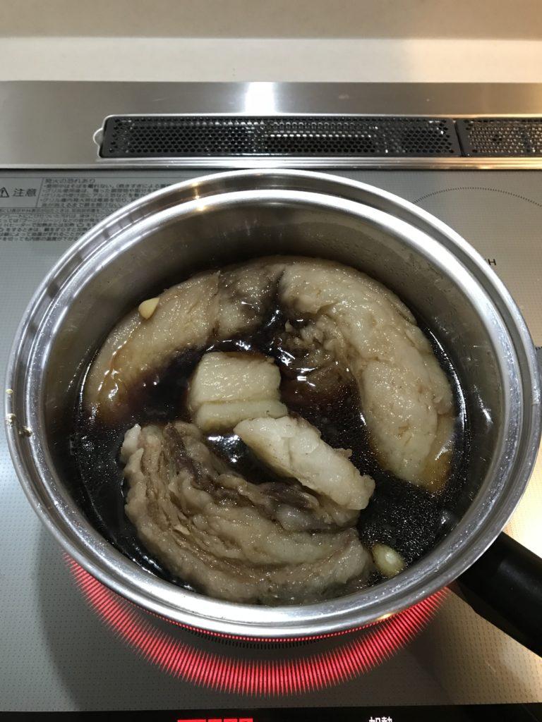 イノシシの肉を味付けして煮ている様子