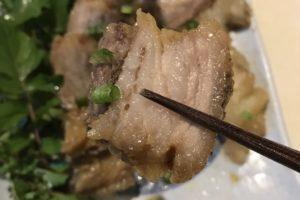 猪肉の角煮一切れを箸で持った様子