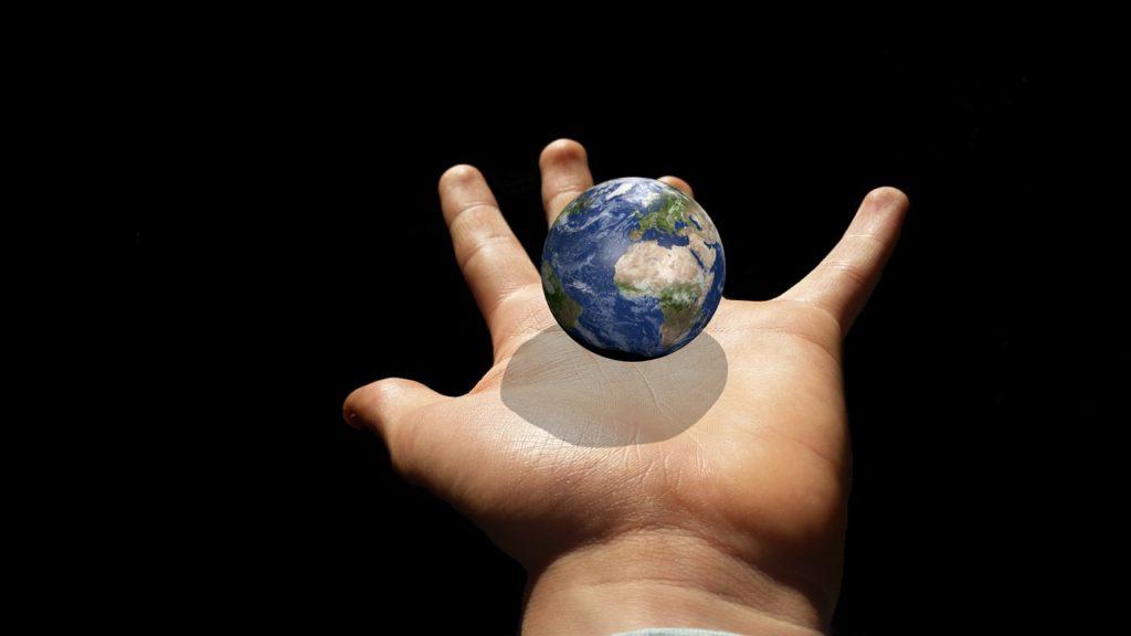 掌の上の地球のイラスト