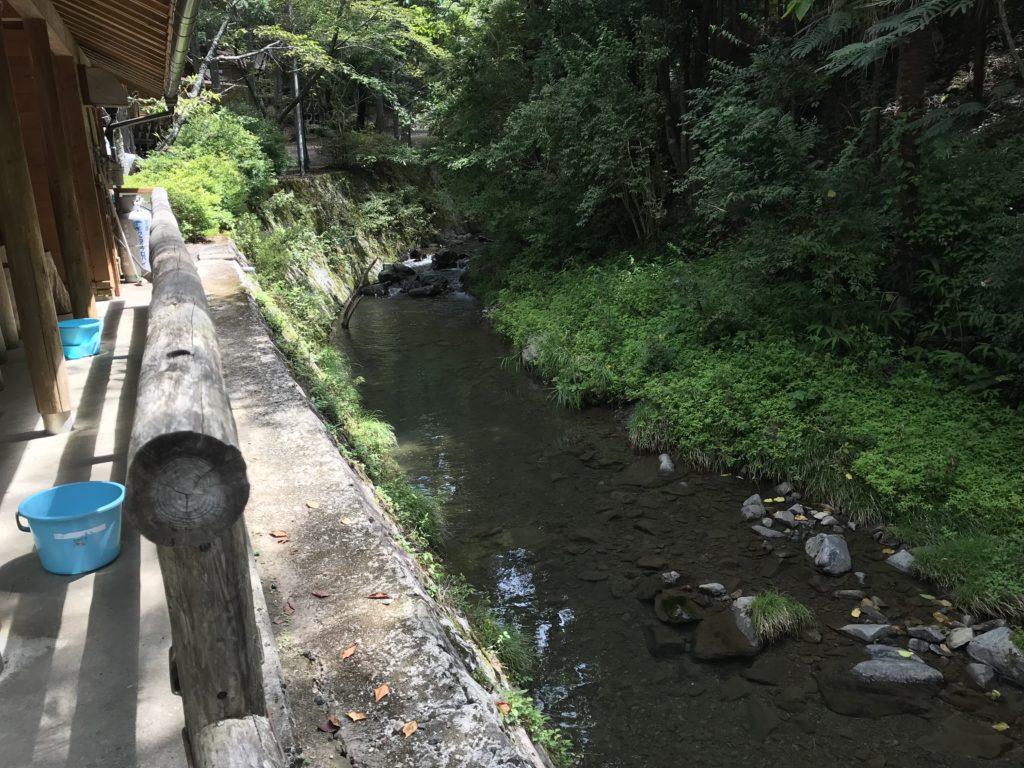 節安ふれあいの森のそうめん流しの建物の横を流れている川