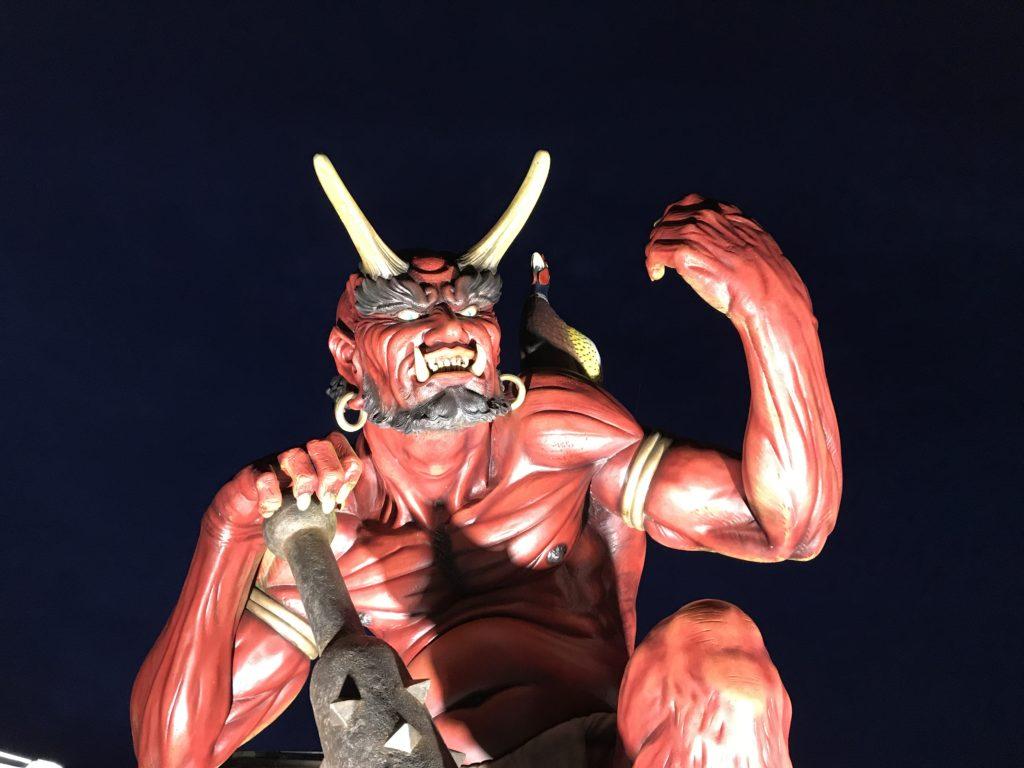 暗闇に浮かぶ鬼王丸の像