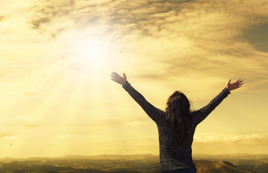 天を仰ぐ人の写真