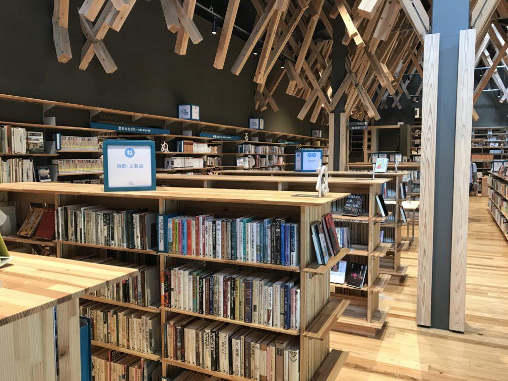 ゆすはら雲の上の図書館の本棚