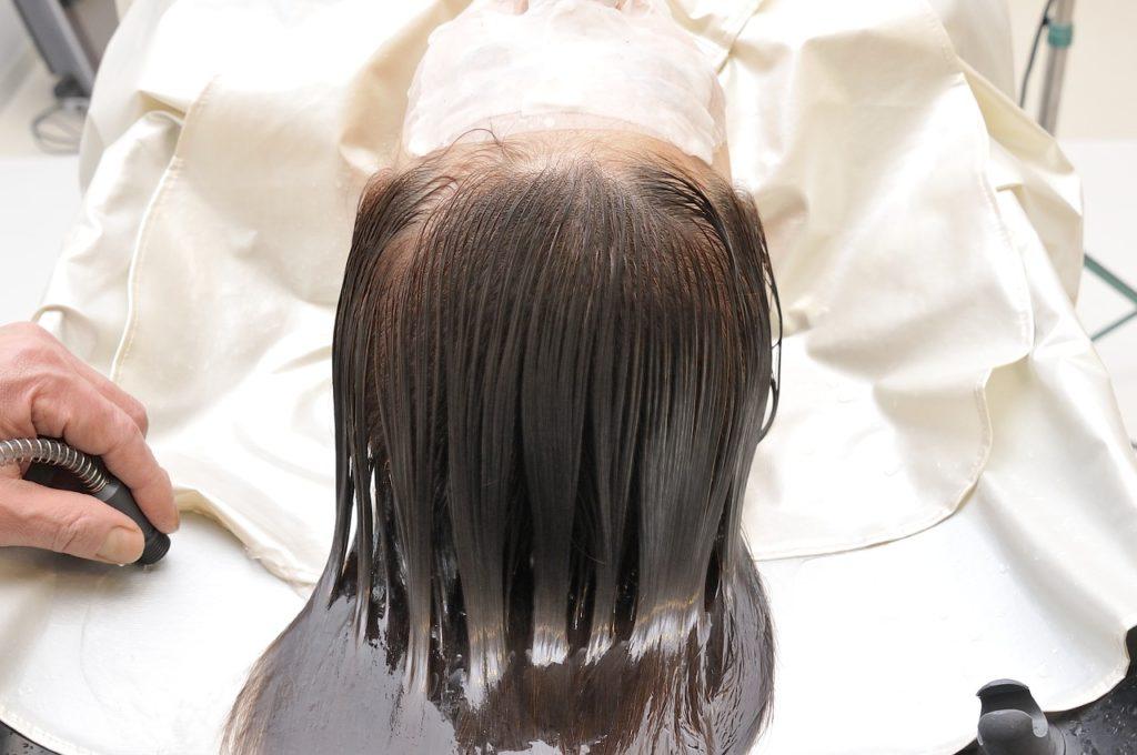 美容室で頭を洗う様子