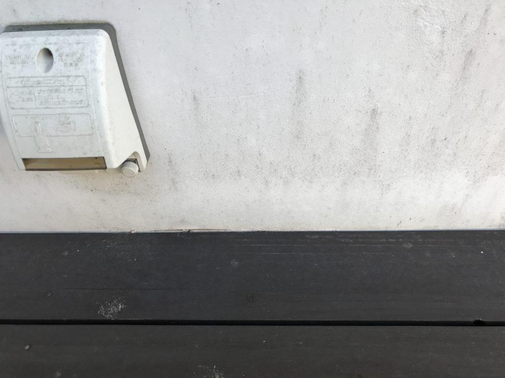 苔が除去された白い壁