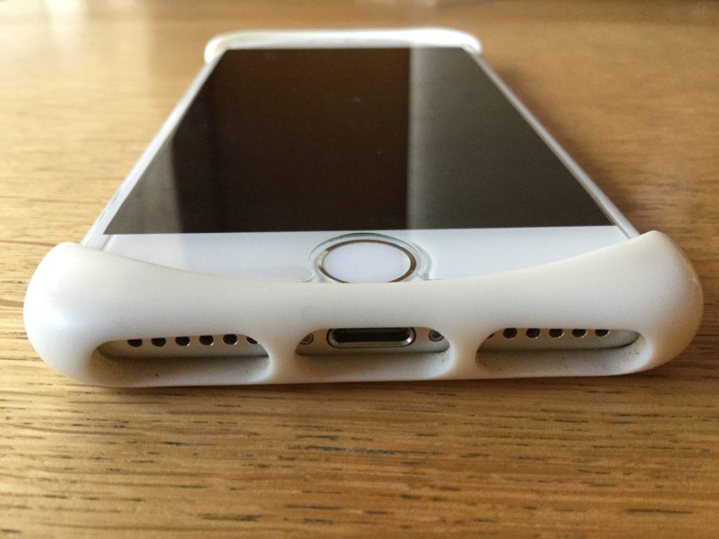 スマホケースの【Palmo】を装着したiPhone7のホームボタンからのアングル