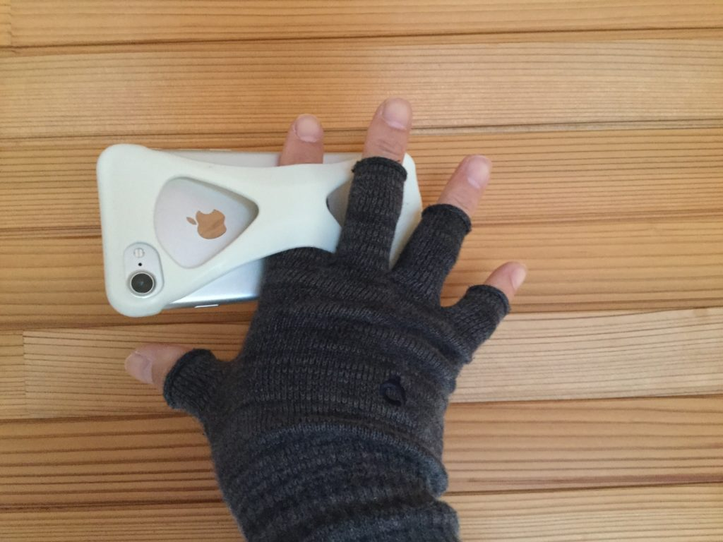 iPhone7にスマホケースの【Palmo】を装着して手に取っている様子