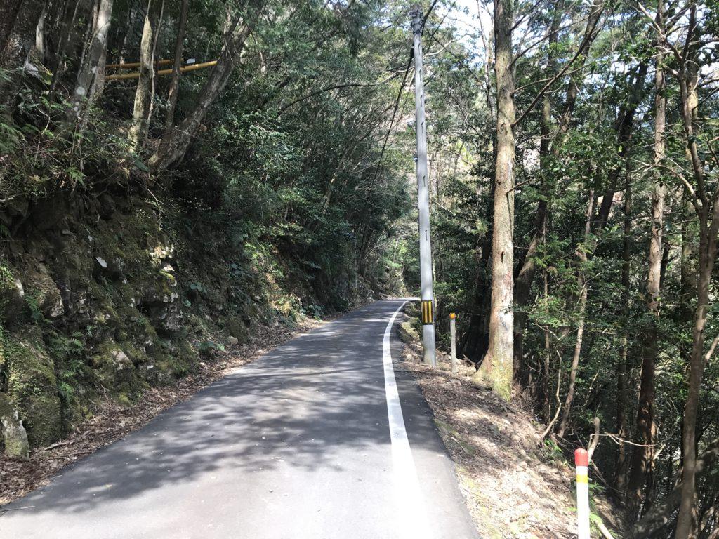 滑床渓谷へ続く道が狭くなった箇所