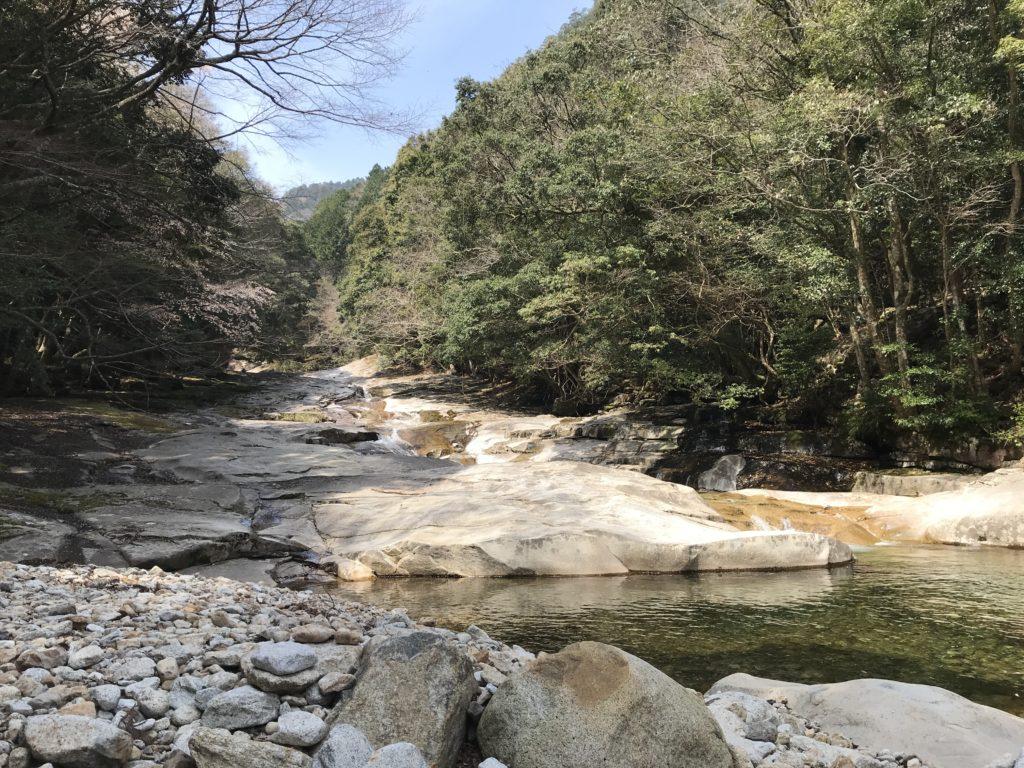 【滑床渓谷】の河原