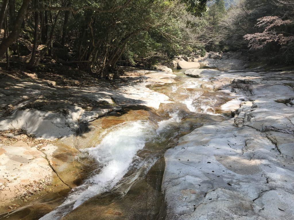 【滑床渓谷】の河原のツルツルな岩肌