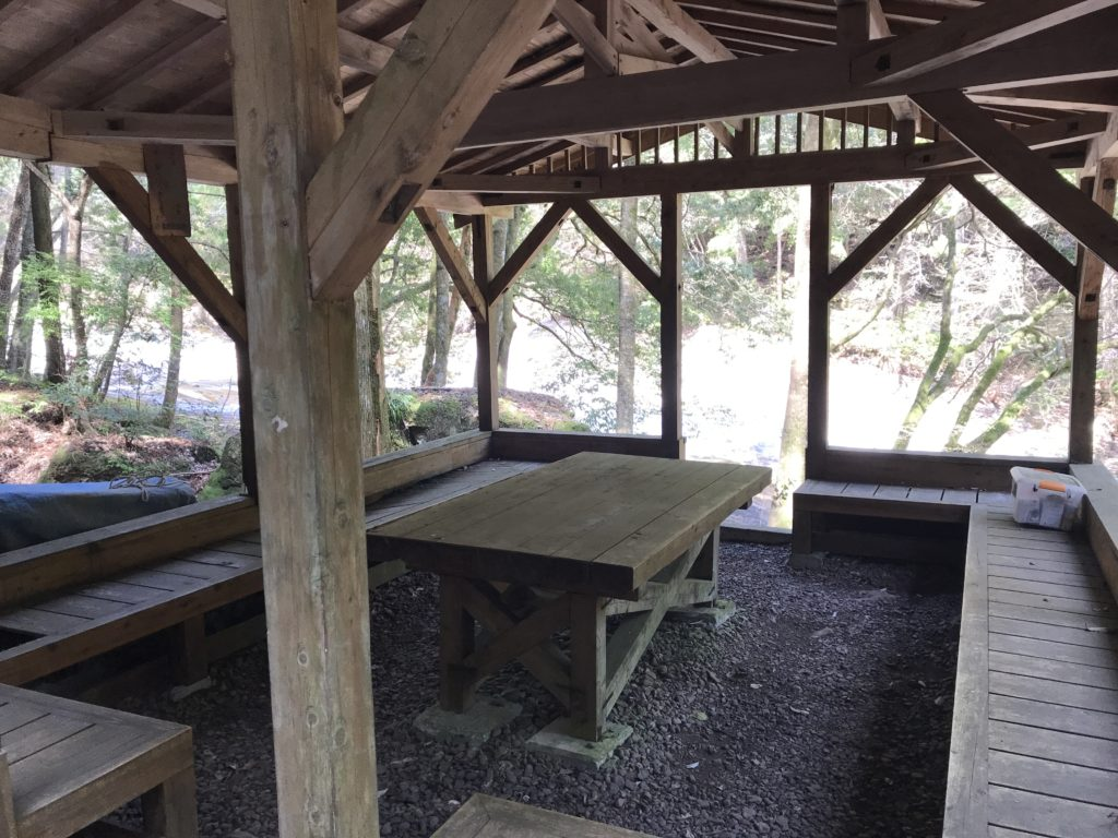 【滑床渓谷】の探勝歩道の休憩所