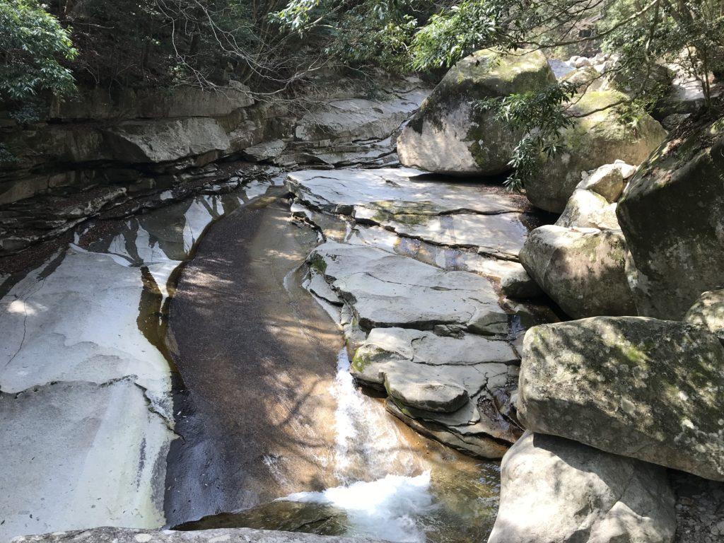 【滑床渓谷】の河原の岩肌
