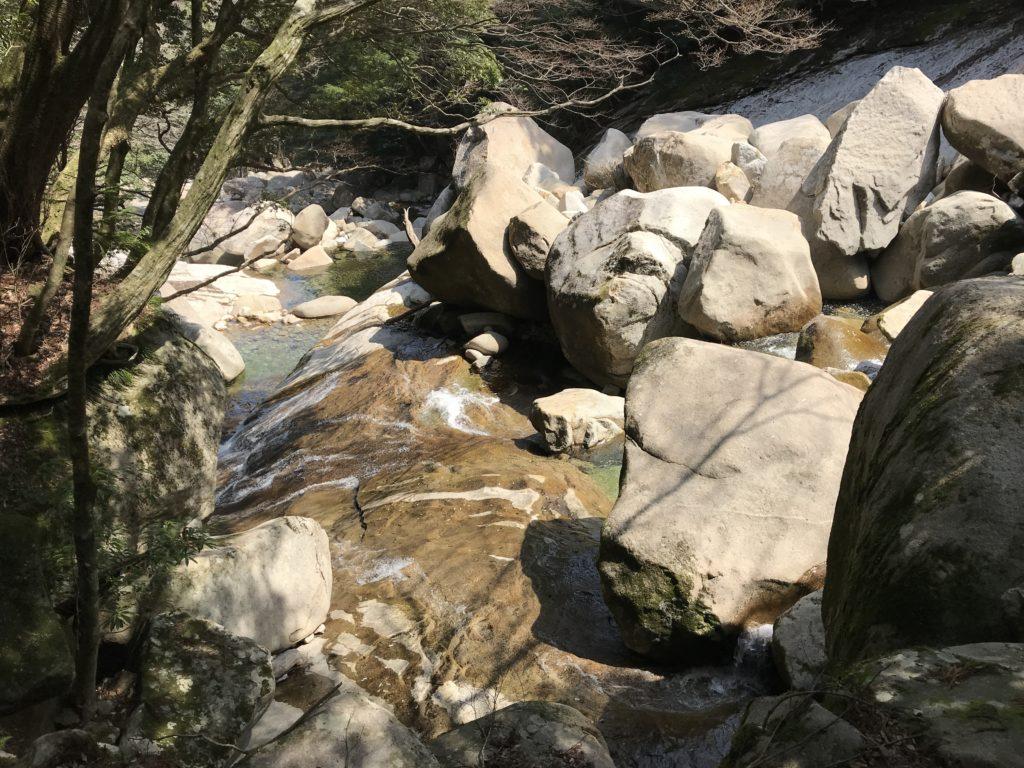【滑床渓谷】の河原のツルツルした岩肌