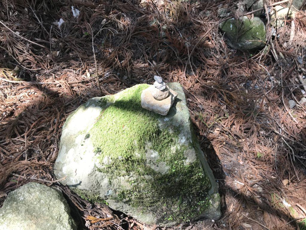 【滑床渓谷】の探勝歩道端にある石を積み上げた様子