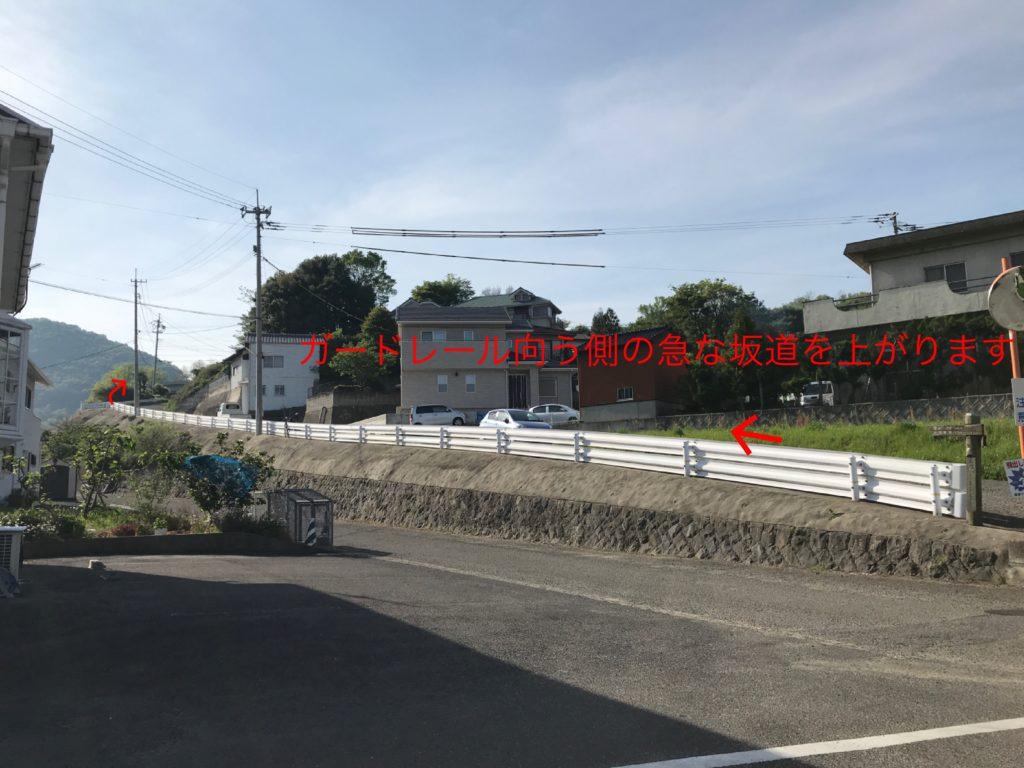 【高屋神社】への道を示した写真