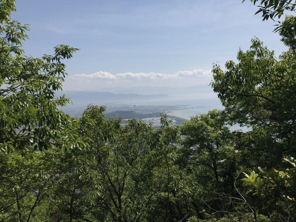 高屋神社【天空の鳥居】への歩道の途中で見える下界の景色