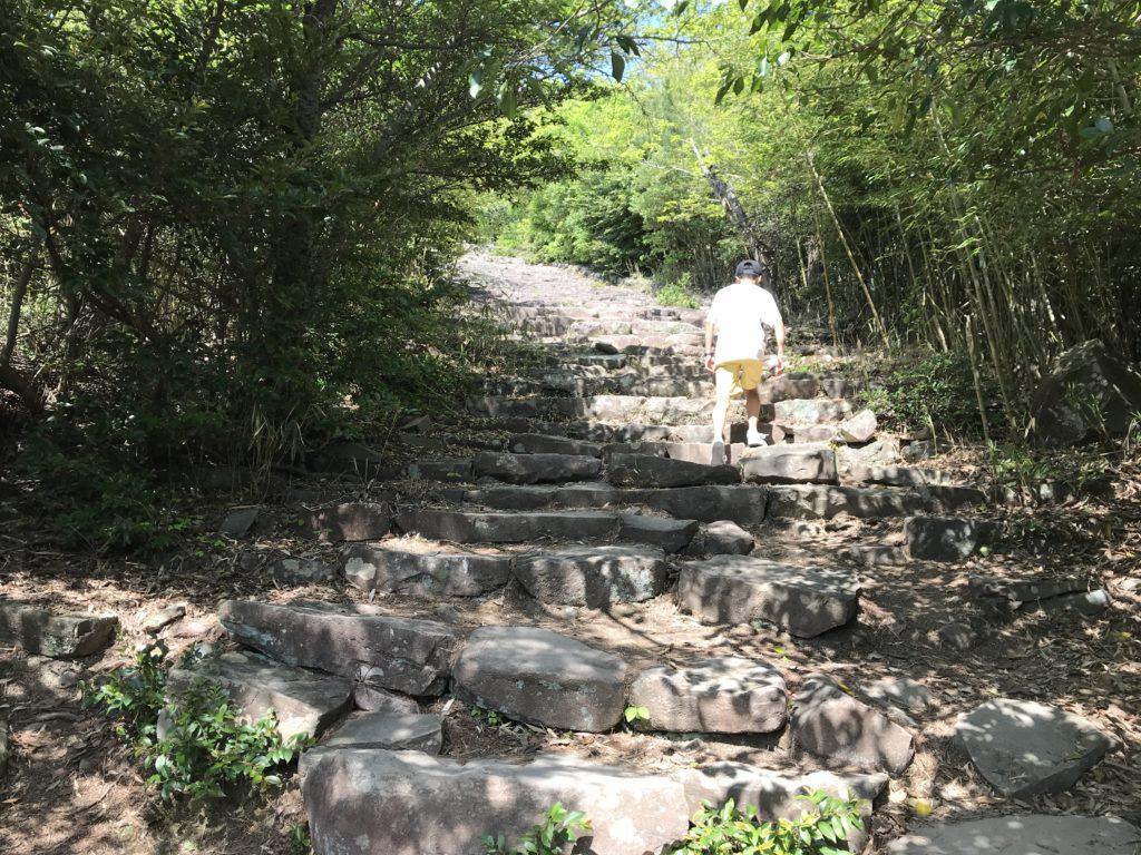 高屋神社【天空の鳥居】への歩道の石の階段
