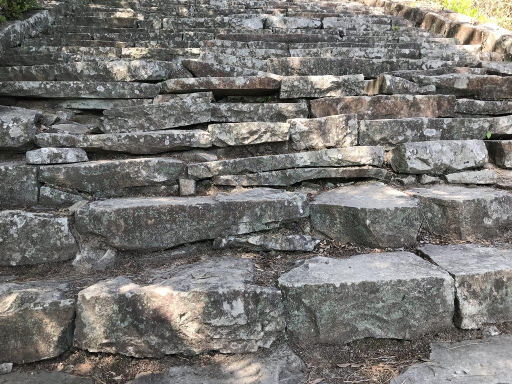 高屋神社【天空の鳥居】への歩道の石の階段の石積みの様子