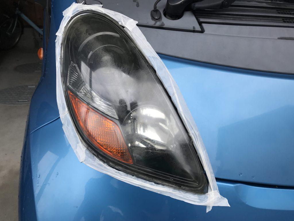 車のヘッドライトに養生のマスキングテープを貼った様子