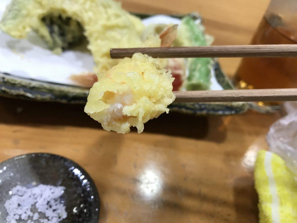 『蕎麦まえの』の【天ぷらせいろ】のえび天をかじった様子