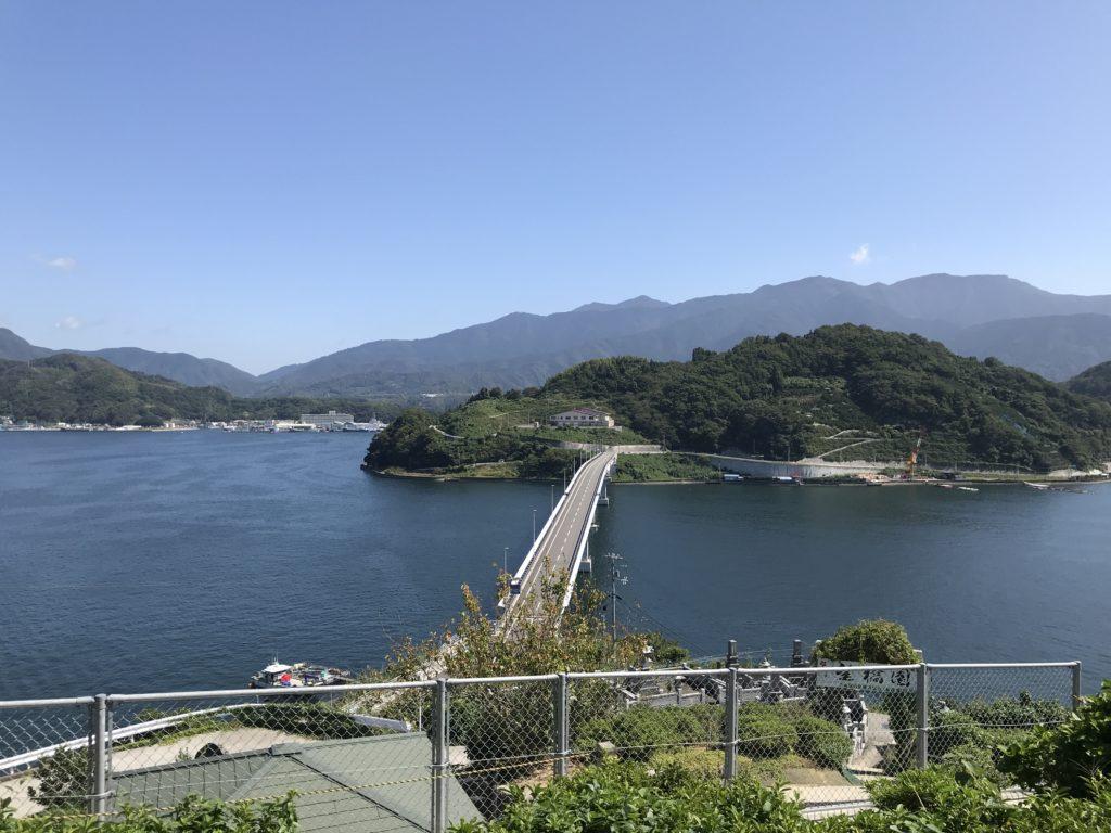 【九島】の島民有志で設置された休憩所からの『九島大橋』の眺め
