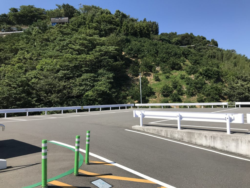 【九島】に渡ってすぐの所にある駐車場