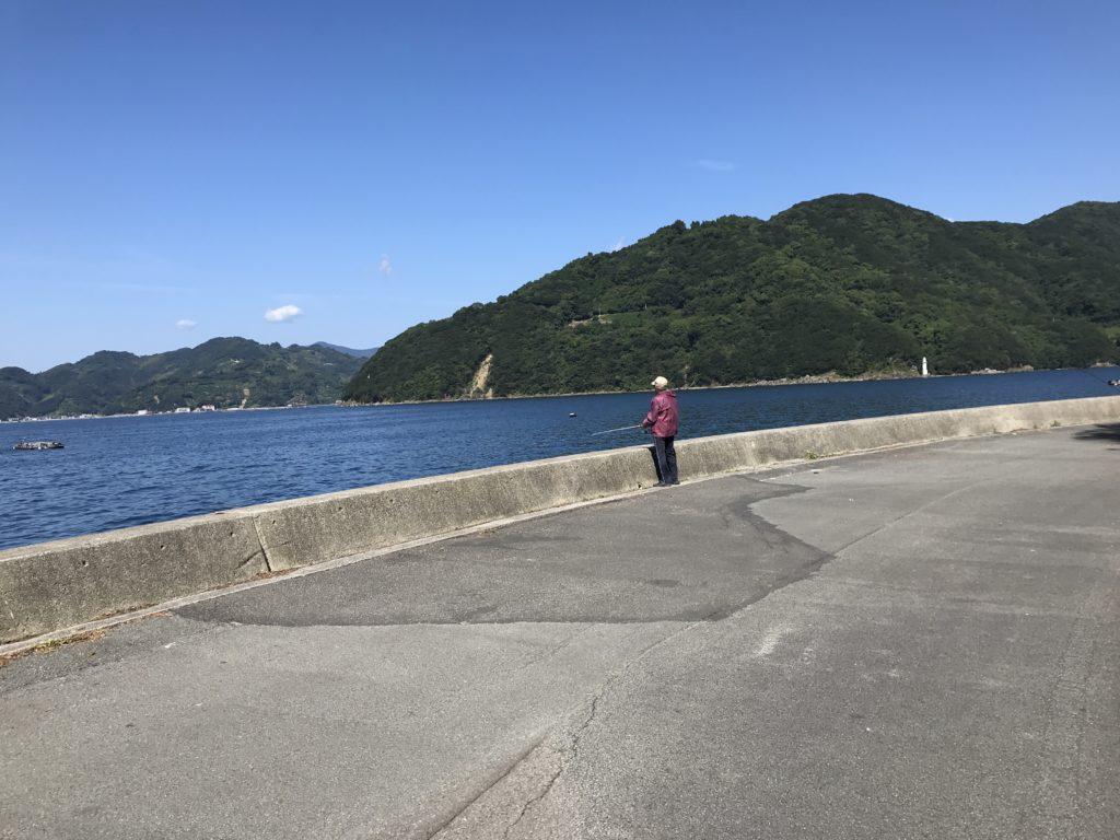 【九島】で1人で魚釣りをする人