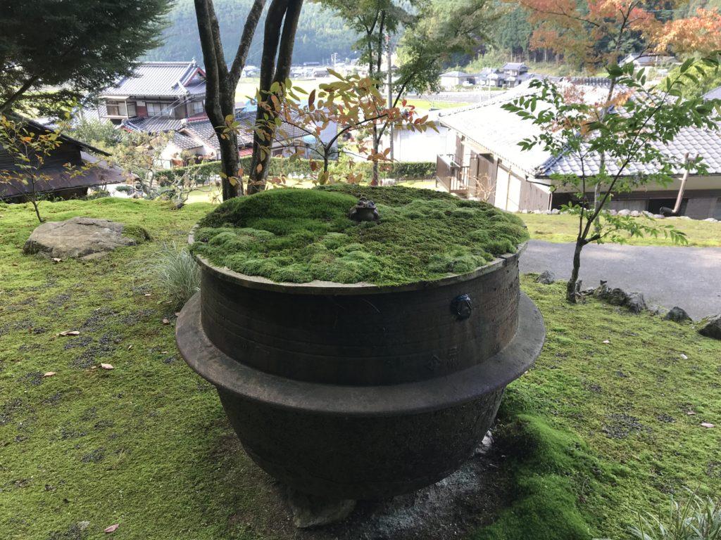 『こけむしろ』の苔庭にある大きな釜