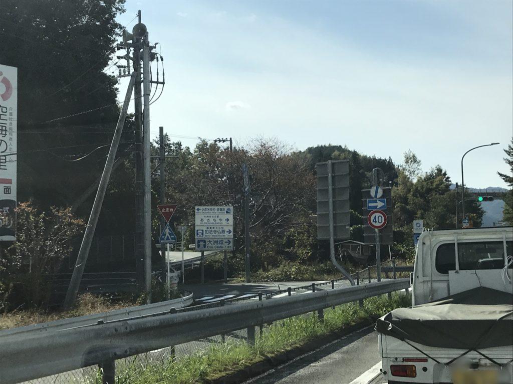 『少彦名神社参籠殿』を示す標識が見える交差点の様子