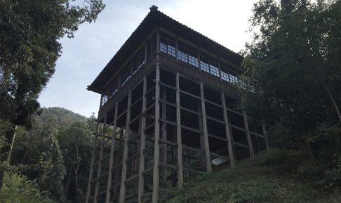 少彦名神社の参籠殿を下から見上げた様子