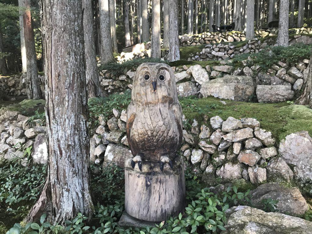 『こけむしろ』の苔庭にある木彫りのフクロウ
