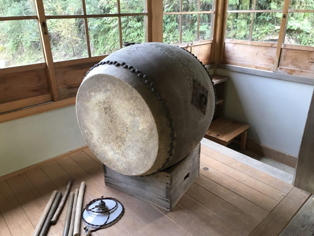 『少彦名神社参籠殿』の中に置かれている和太鼓