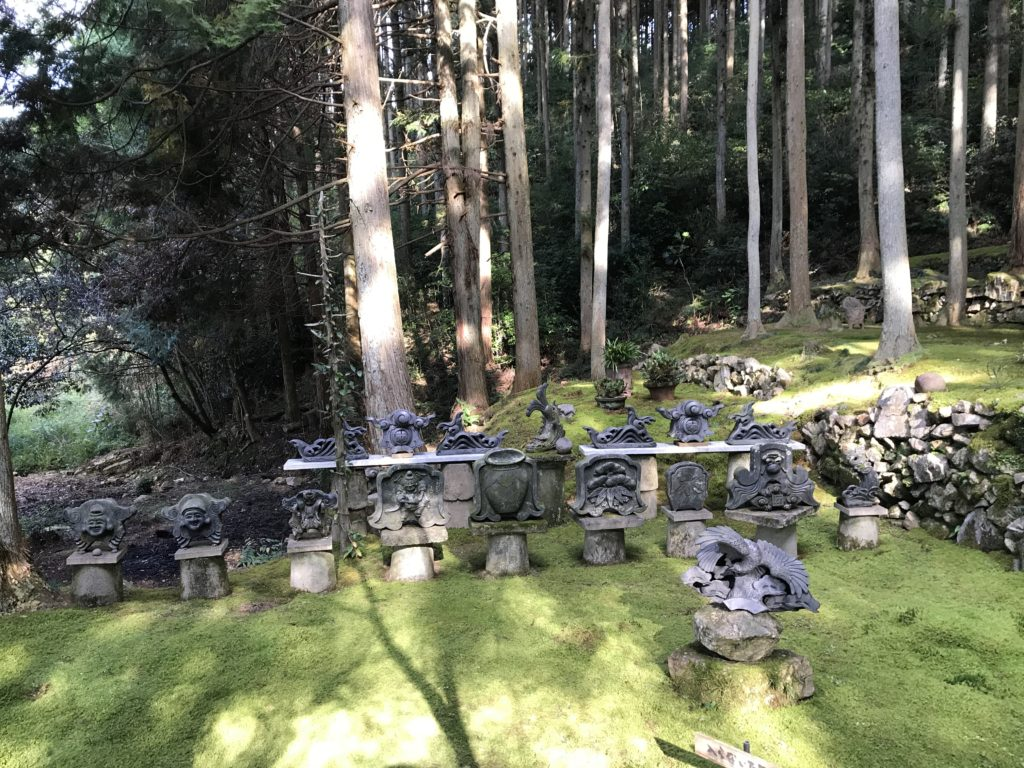 『こけむしろ』の苔庭にある瓦のオブジェ
