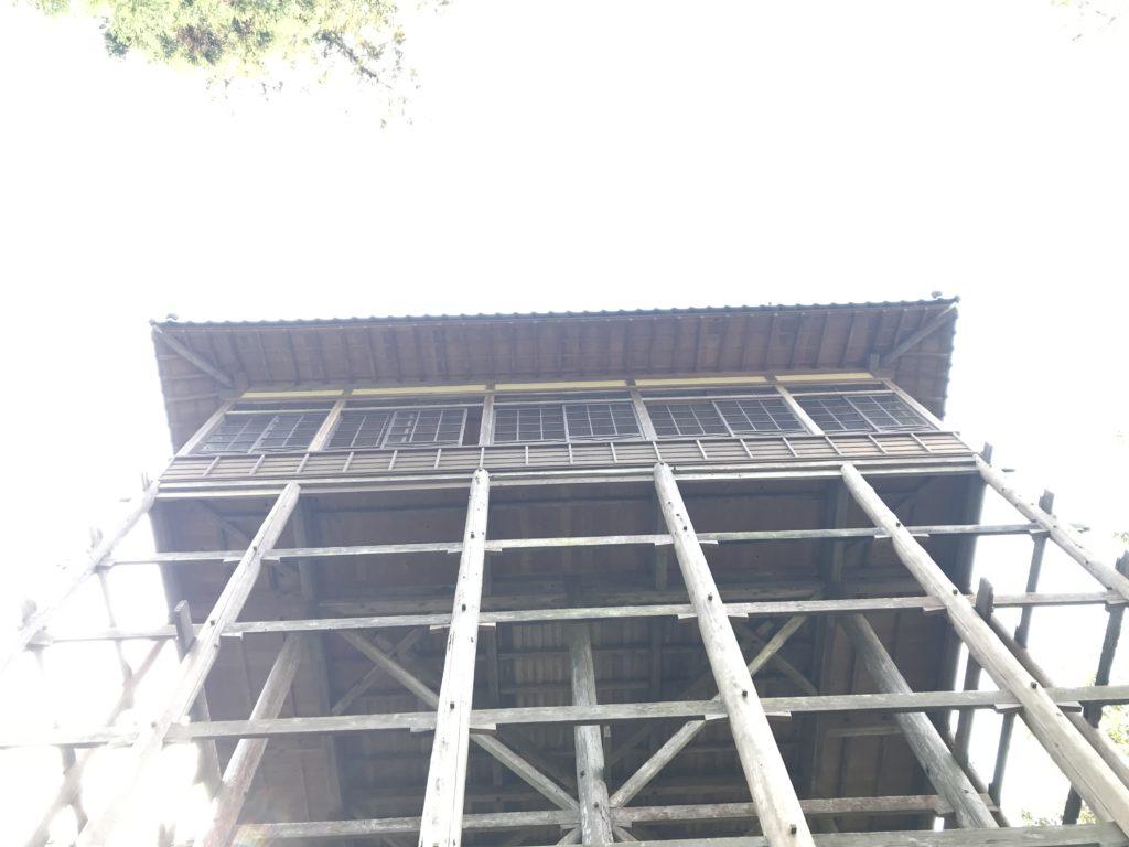 『少彦名神社参籠殿』を下方から見上げた様子
