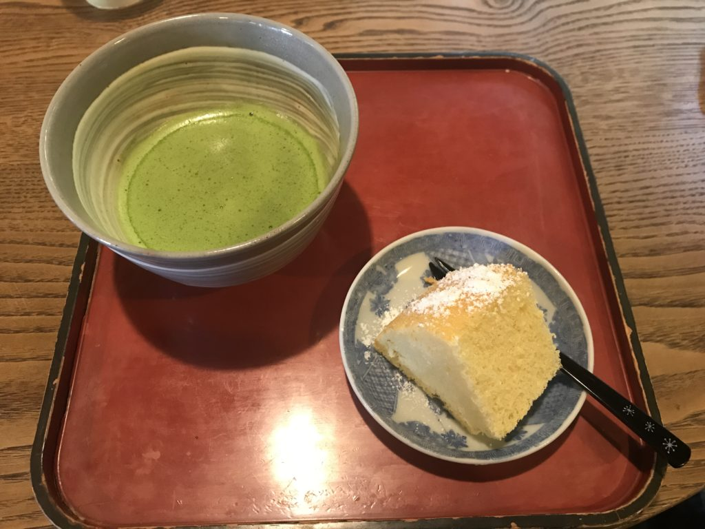 ギャラリー喫茶『苔筵』の抹茶とシフォンケーキのセット