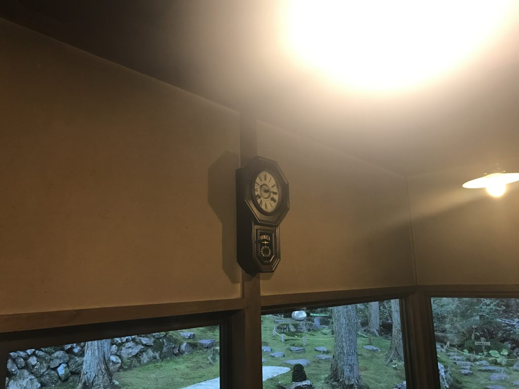 ギャラリー喫茶『苔筵』の店内の振り子時計とランプ