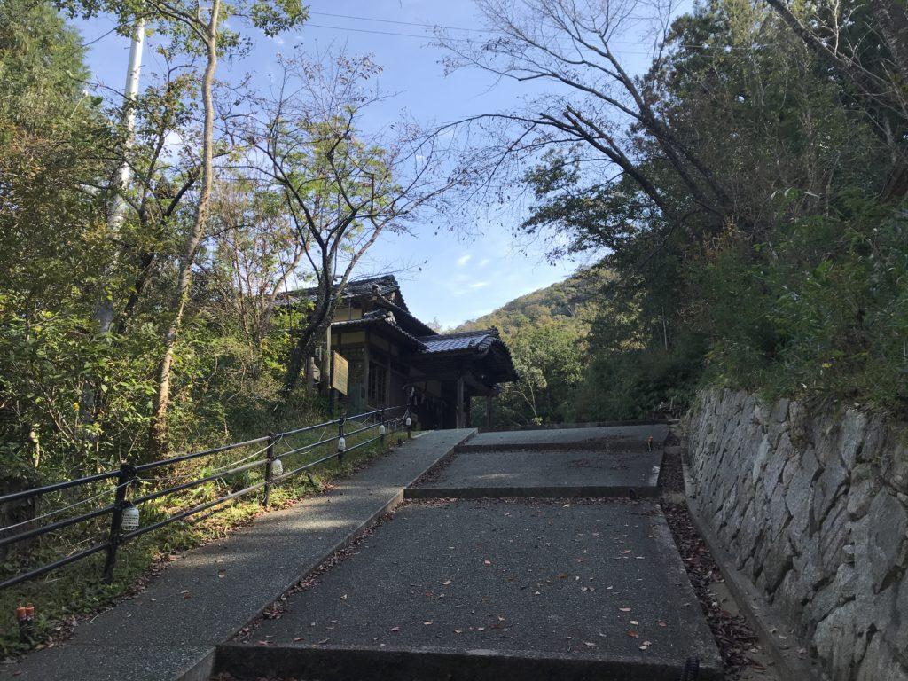 階段から『少彦名神社参籠殿』を見上げた様子