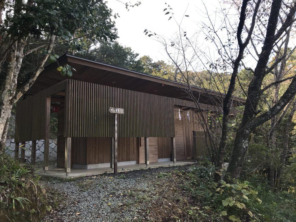 『少彦名神社参籠殿』の向かい側のトイレ