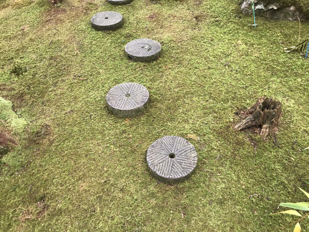 『こけむしろ』の苔庭にある石臼の飛び石