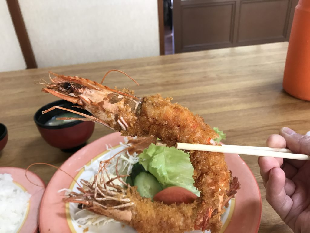 『レストラン比来野』の【エビフライ】のエビフライを箸で持ち上げた様子