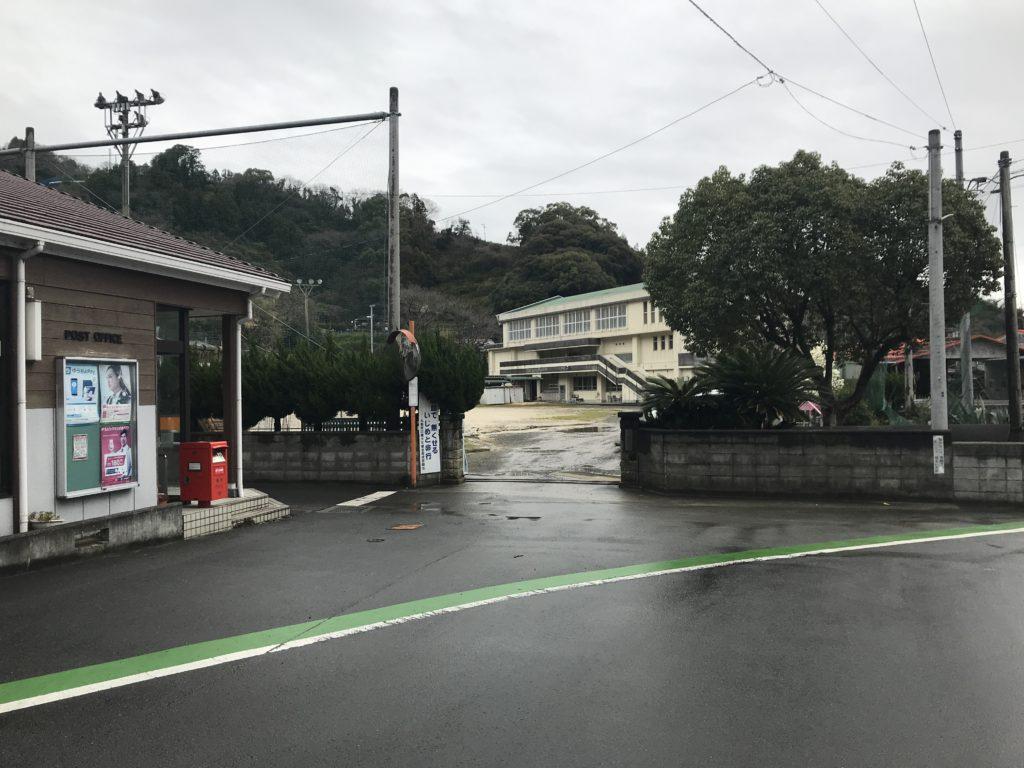 閉校した宇和島市立九島小学校の入り口