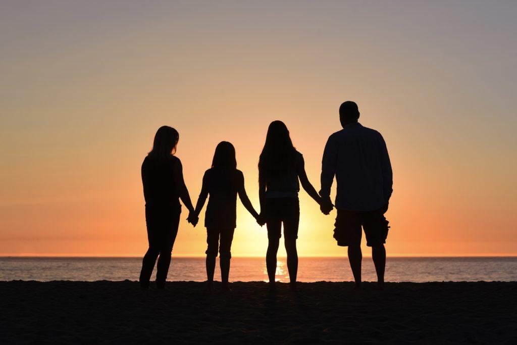 夕陽に佇む家族の写真