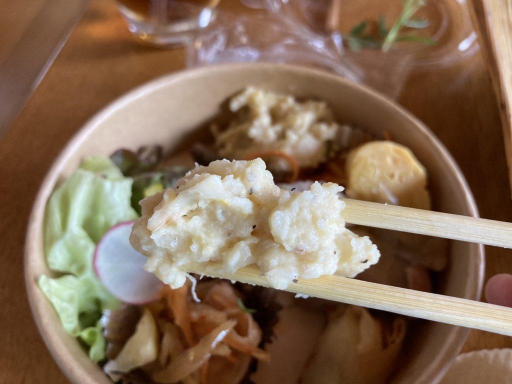 『nicco』のポテトサラダを箸でつまみ上げた様子