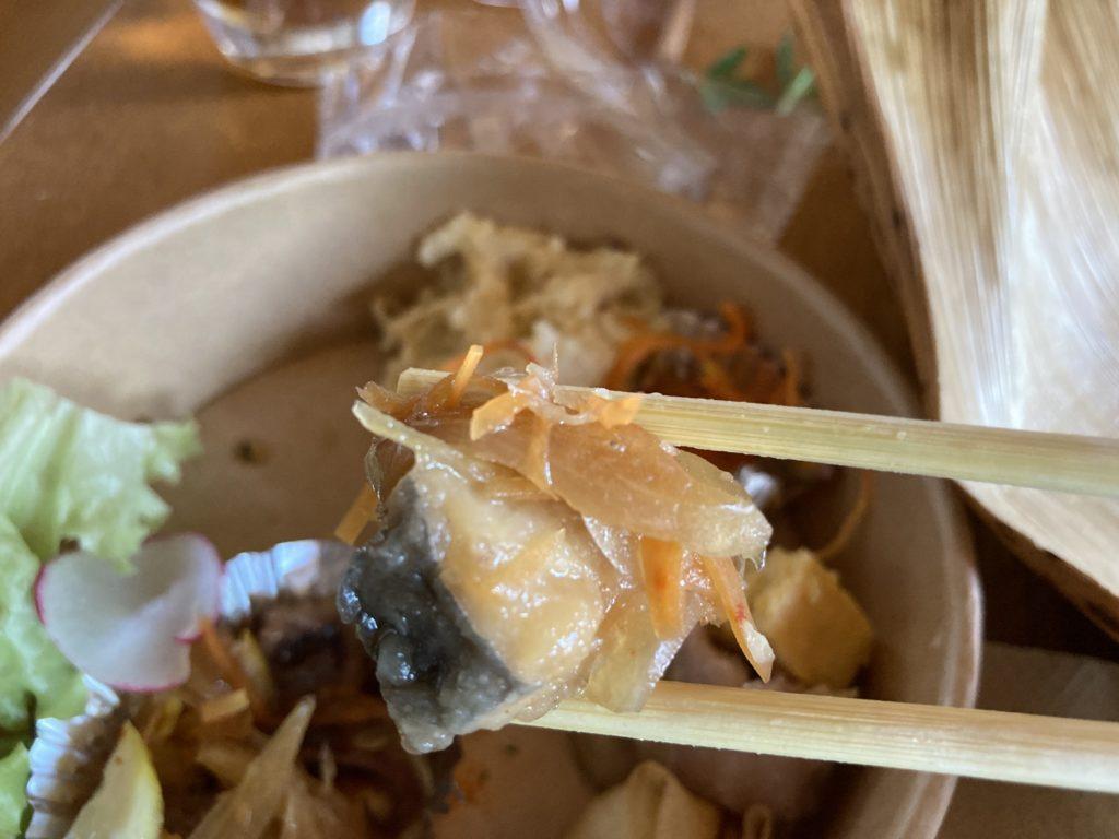 『nicco』の魚介の南蛮を箸でつまみ上げた様子