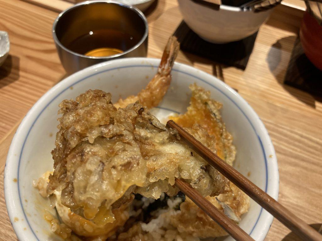 『天婦羅天よし』の天丼のマイタケを箸でつまみ上げた様子