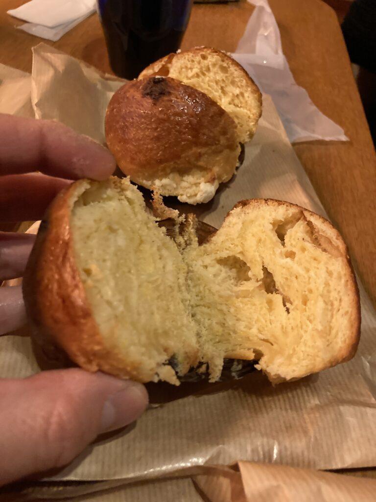 『森とパン』のレモングリオッシュパンを半分に切った様子